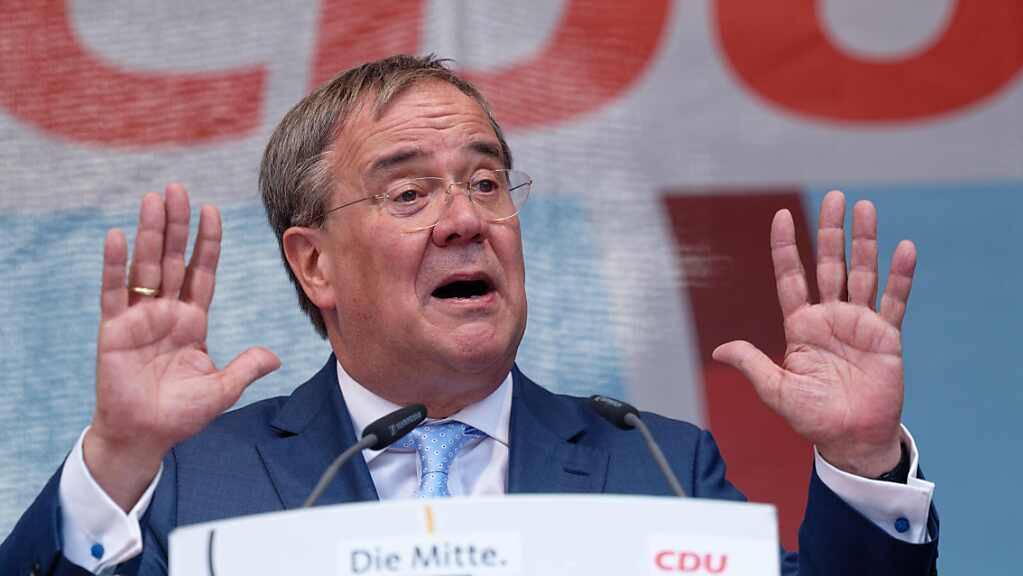 Armin Laschet, Kanzlerkandidat der CDU, spricht bei einer Wahlkampfveranstaltung auf dem Promenadenplatz in Neuss. Eine Woche vor der Bundestagswahl in Deutschland zeigt sich Laschet entschlossen zur Aufholjagd. «Das ist eine sehr knappe Wahl, ein sehr knappes Rennen», sagte er am Samstag.