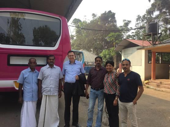 Der erste Kontakt: Alex Naef besucht begleitet von Kantonsrätin Susan von Sury indische Carrosseriebauer.
