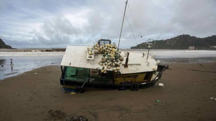 """Ein westlich von Nicaraguas Hauptstadt Managua gestrandetes Boot. Der zum Hurrikan hochgestufte Tropensturm """"Nate"""" hat in weiten Teilen Mittelamerikas Verwüstungen hinterlassen."""