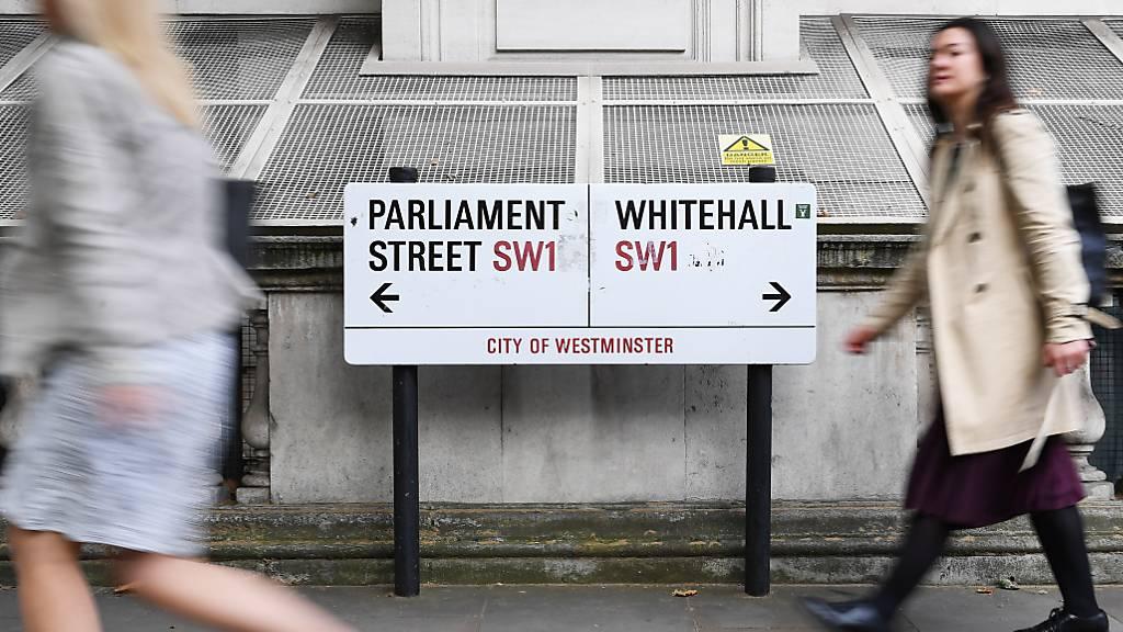 Unruhen, Versorgungsengpässe, Lastwagenstaus: Die britische Regierung hat ein Brexit-Szenario veröffentlicht. Passantinnen vor Whitehall in London.
