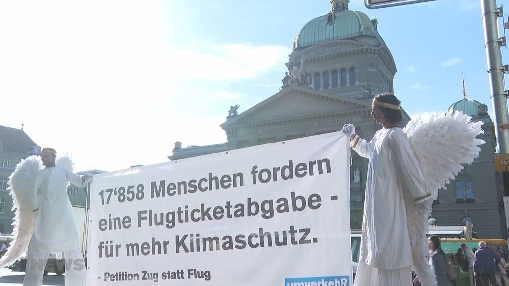 Knapp 18'000 Unterschriften für Flugticketabgabe