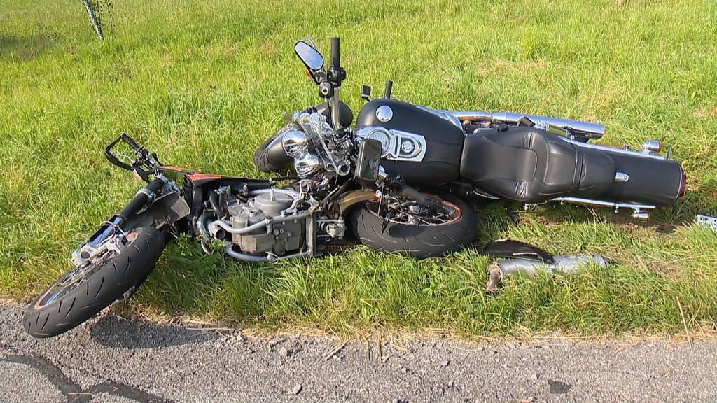 Schwerer Unfall: In Boswil fahren zwei Töfffahrer frontal ineinander