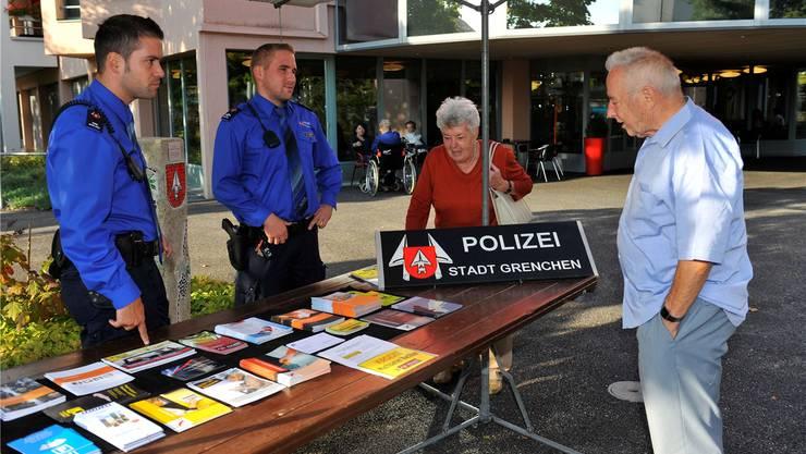 Die Stadtpolizei suchte diese Woche das Gespräch mit der Bevölkerung. Hier der Informationsstand am Mittwoch beim Alterszentrum amWeinberg.