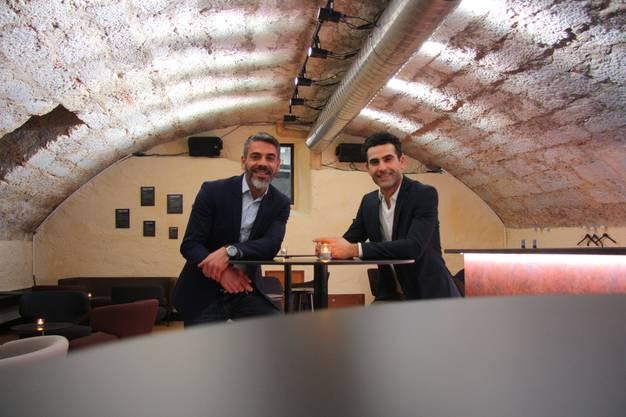 Ibrahim und Ismail Karakus freuen sich über die gestatete Bar im Gewölbekeller
