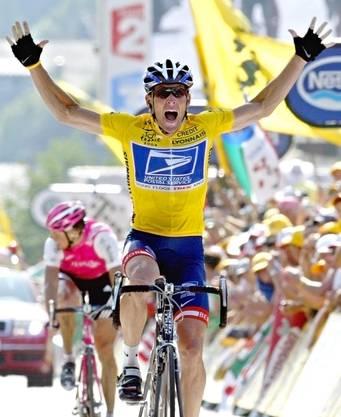 Armstrong jubelnd nach dem Gewinn seiner sechsten Tour de France 2004.
