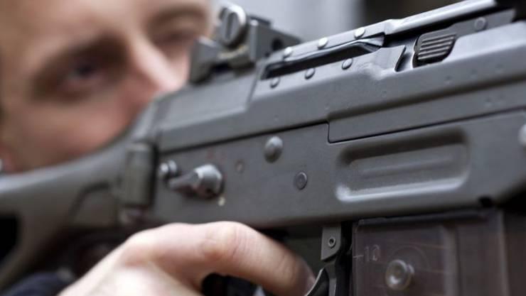 Zu den halbautomatischen Waffen gehört auch das Sturmgewehr 90 der Schweizer Armee. (Archiv)