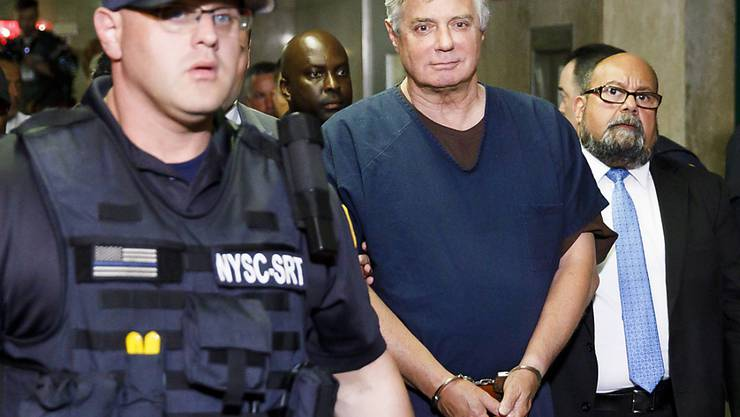 Der frühere Wahlkampfmanager von US-Präsident Donald Trump, Paul Manafort (Mitte), auf dem Weg in den Gerichtssaal.