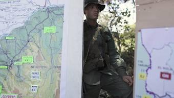 Soldat vor Karte mit Truppenbewegungen an der venezolanisch-kolumbianischen Grenze