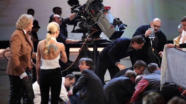 Nach dem schweren Unfall brach Moderator Gottschalk (l.) die Sendung ab - zum ersten Mal in der langen Geschichte der Sendung