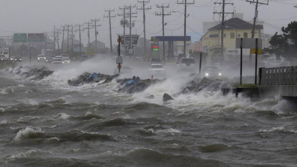 «Hermine» wird zwar wohl nicht noch mal auf Land treffen. Der Sturm sorgt aber an der Ostküste der USA - hier Manteo in North Carlina - für hohe Wellen und viel Wind.