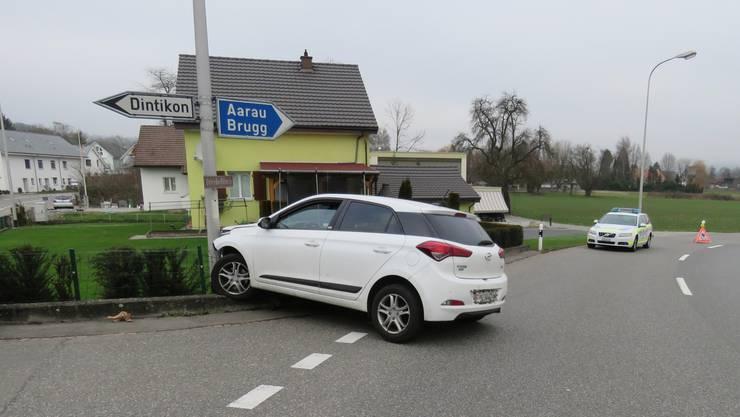 Auf der Unterdorfstrasse in Villmergen kam ein Auto am Berchtoldstag von der Strasse ab und prallte gegen einen Kandelaber.