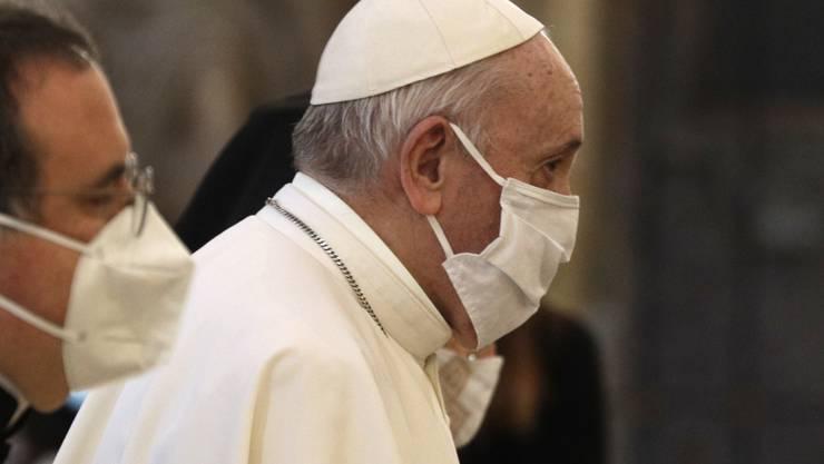"""ARCHIV - Papst Franziskus (r) trägt bei seiner Ankunft zum Internationalen Friedensgebet in der Basilika Santa Maria eine Mund-Nasen-Bedeckung. (zu dpa: """"Skandale und Corona-Einsamkeit: Schwierige Tage für Papst Franziskus"""") Foto: Gregorio Borgia/AP/dpa"""