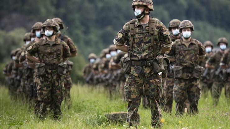 Angehörige der Armee bei der Fahnenabgabe nach dem Corona-Einsatz.
