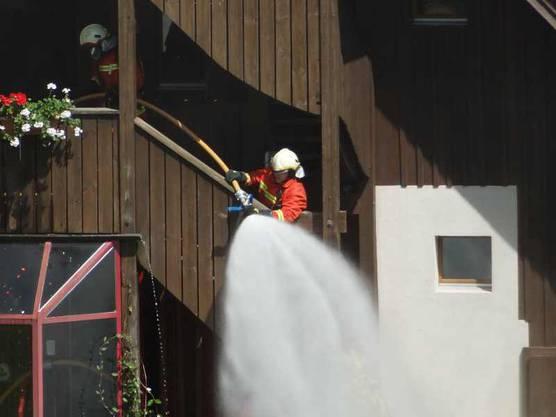 Für die Brandbekämpfung mussten einige Wasserleitungen aufgebaut werden