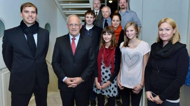 Leser fragen, der Wirtschaftsminister antwortet: Schülerinnen, ein Arzt, eine Finanzplanerin, ein Rentner und ein IT-Spezialist zu Besuch beim Bundesrat. Foto: Peter Mosimann