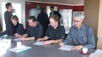 Gründungsurkunden: Rosmarie Buck, LU, Josef Ineichen, LU, Christian Siegrist, Seengen, und Andreas Gees, Lenzburg, (von links) unterschreiben. (Foto: AG)