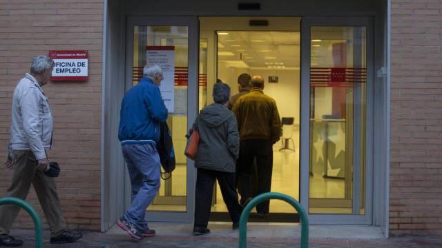 Arbeitslose gehen zum Arbeitsamt in Madrid (Archiv)