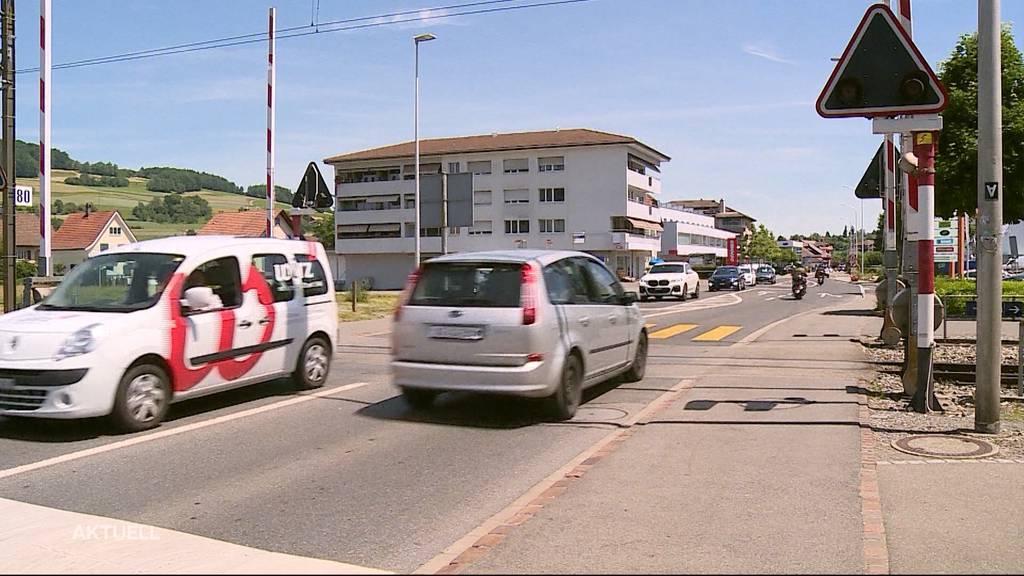 Barriere-Crash: Ein Lastwagen fährt in Reinach auf die Bahngleise