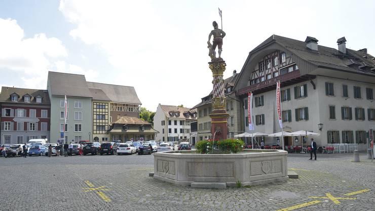 Der Niklaus-Thut-Platz in Zofingen verwandelt sich in den nächsten Tagen in eine Schwingerarena: der Thut-Brunnen wird den «Bösen» zur Erfrischung dienen.