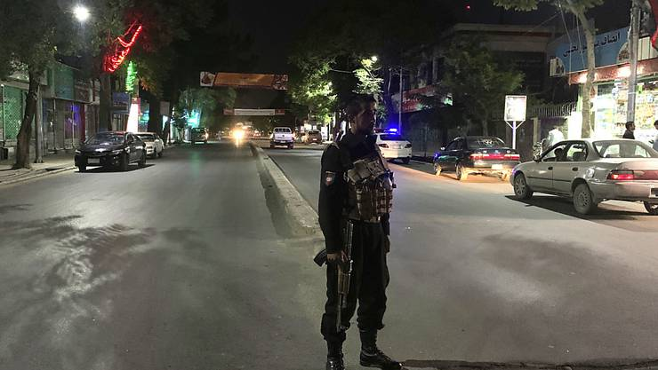 Ein bewaffneter Polizeibeamter steht vor einer Moschee Wache, an der sich ein Bombenanschlag ereignet hat. Foto: Rahmat Gul/AP/dpa