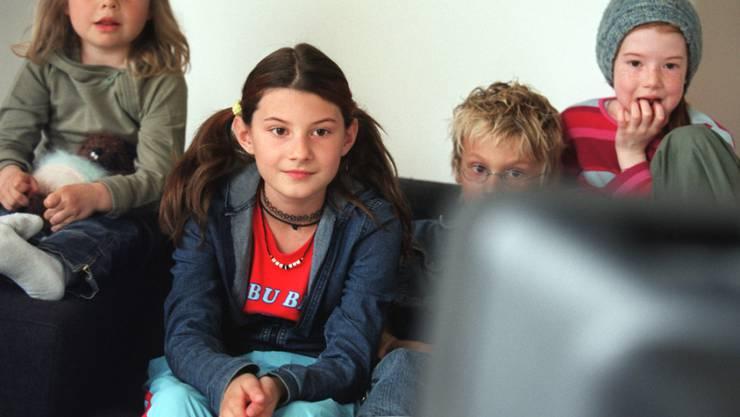 Dieses Bild wird je länger, je mehr die Ausnahme denn die Regel: Kinder und Jugendliche sitzen täglich nur noch 53 Minuten lang vor dem klassischen Fernseher. (Archivbild)