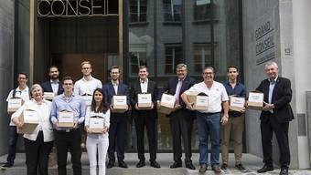 Die Initianten vor dem Grossratsgebäude in Lausanne vor der Einreichung der Unterschriften der kantonalen Volksinitiative für eine Steuersenkung für den Mittelstand.