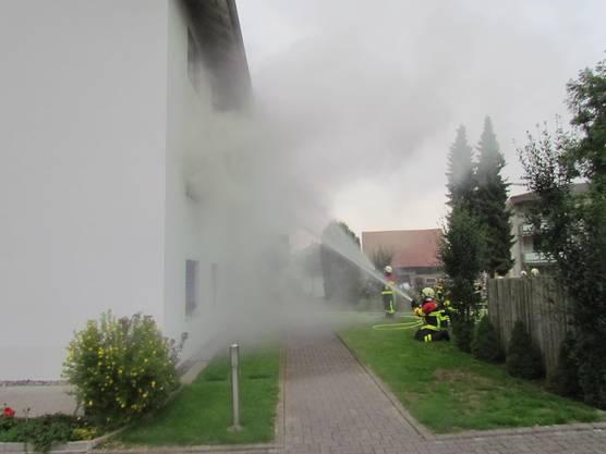 Voller Einsatz der Feuerwehr nötig, um die Flammen unter Kontrolle zu bekommen.