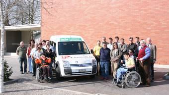 Sponsoren haben den Neuwagen für die Stiftung für Behinderte ermöglicht. Das freut die Bewohner (bA)