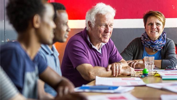 Jürgen Podlass und Doris Gautschi ermöglichen den Asylbewerbern Begegnungen mit der Bevölkerung in der Region Brugg. Chris Iseli