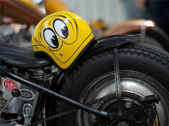 Viele Motorradfahrer tragen eigens für sie gestaltete Helme.