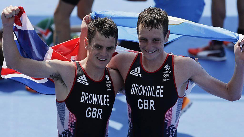 Die Brüder Alistair (rechts) und Jonathan Brownlee aus Grossbritannien sichern sich an den Olympischen Spielen in Rio de Janeiro im Triathlon Gold und Silber