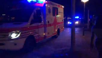Samstagnacht kam es in Zürich zu einem Grosseinsatz. Bei einer Messerstecherei wurden mehrere Leute verletzt. Auch zwei Polizisten.