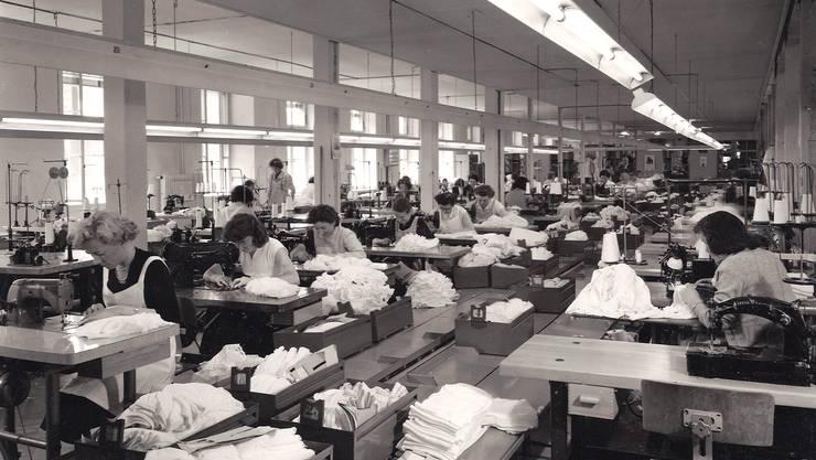 Näherinnen der Firma Hanro produzieren 1966 in Liestal Unterwäsche; die Italienerinnen waren zu jener Zeit in der Mehrheit.