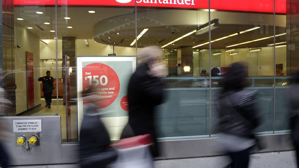 Abschreiber und Rückstellungen für gefährdete Kredite ziehen das Ergebnis der Bank Santander tief in die roten Zahlen. (Archivbild)