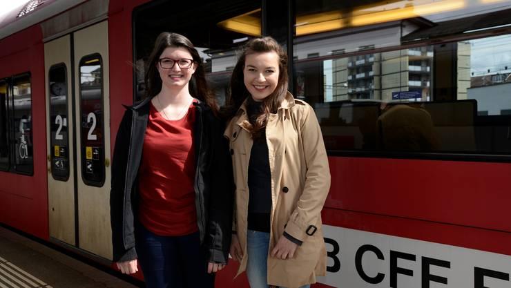 Lisa Rüegsegger und Nadja Imoberdorf (r.): Die beiden Absolventinnen der Drogistenlehre, mauserten sich zu Expertinnen in Sachen Moutier-Bahn.