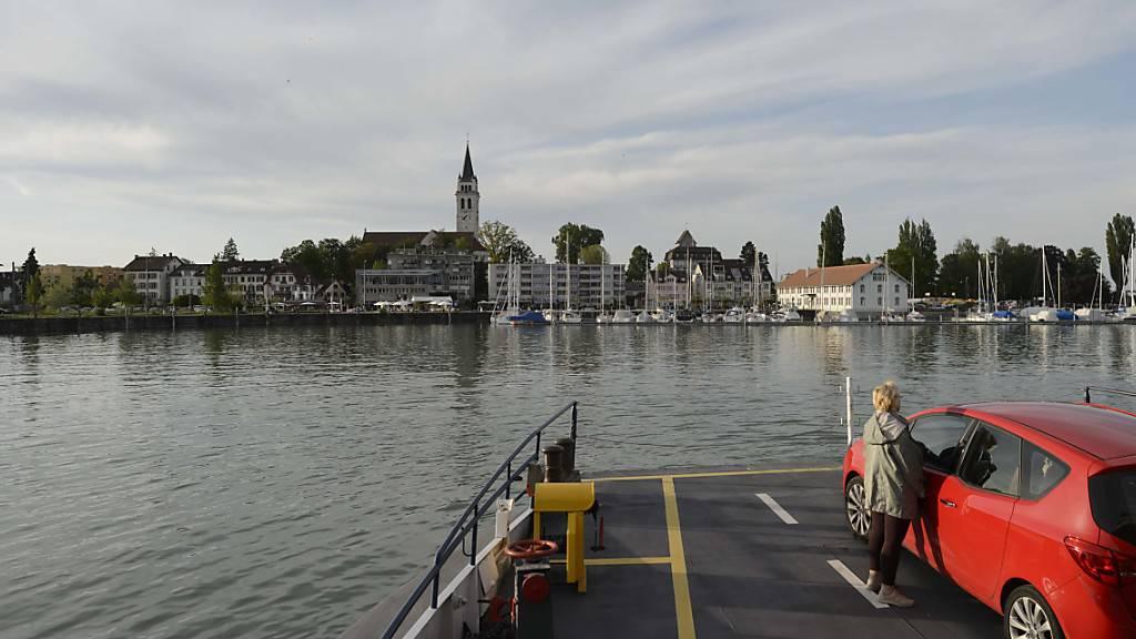 Die neuen Massnahmen zur Eindämmung der Corona-Pandemie haben auch Auswirkungen auf den Schiffsbetrieb auf dem Bodensee: Die Fähre zwischen Friedrichshafen D und Romanshorn TG wird zwar weiter nach Fahrplan fahren, an Bord wird es aber keinen Gastrobetrieb mehr geben. (Archivbild)