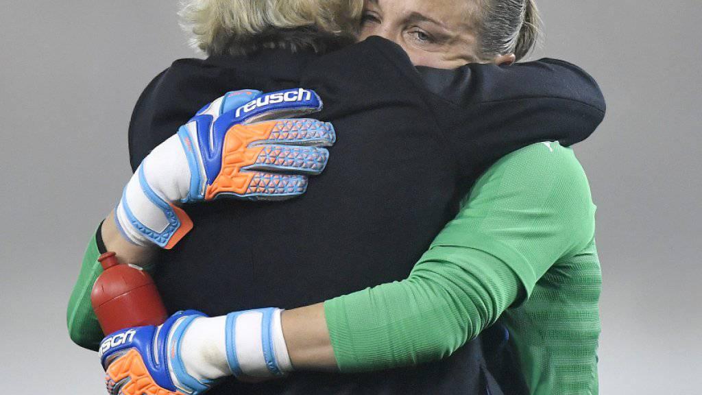 Martina Voss-Tecklenburg umarmte nach dem Schlusspfiff Torhüterin Gaëlle Thalmann