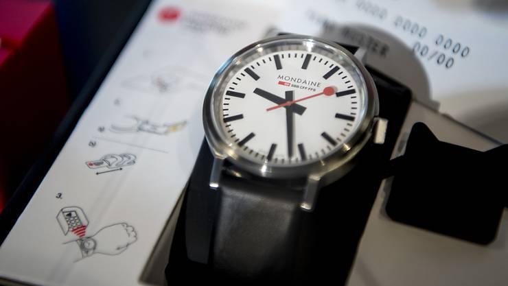 """Das Bezahlen über die am Körper getragenen """"wearables"""" wird beliebter - im Bild eine Mondaine-Uhr mit Bezahlfunktion. (Archivbild)"""