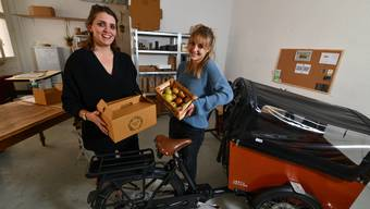 In ihrem Atelier an der Davidsbodenstrasse in Basel bereiten Claudine Vögelin (l.) und Lisa Blessing (r.) ihre Frühstücksboxen vor.