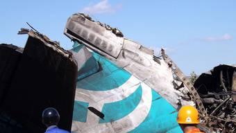 Rettungskräfte an der Stelle der Notlandung - Die Maschinen des Typs Fokker-100 werden heute nicht mehr gebaut