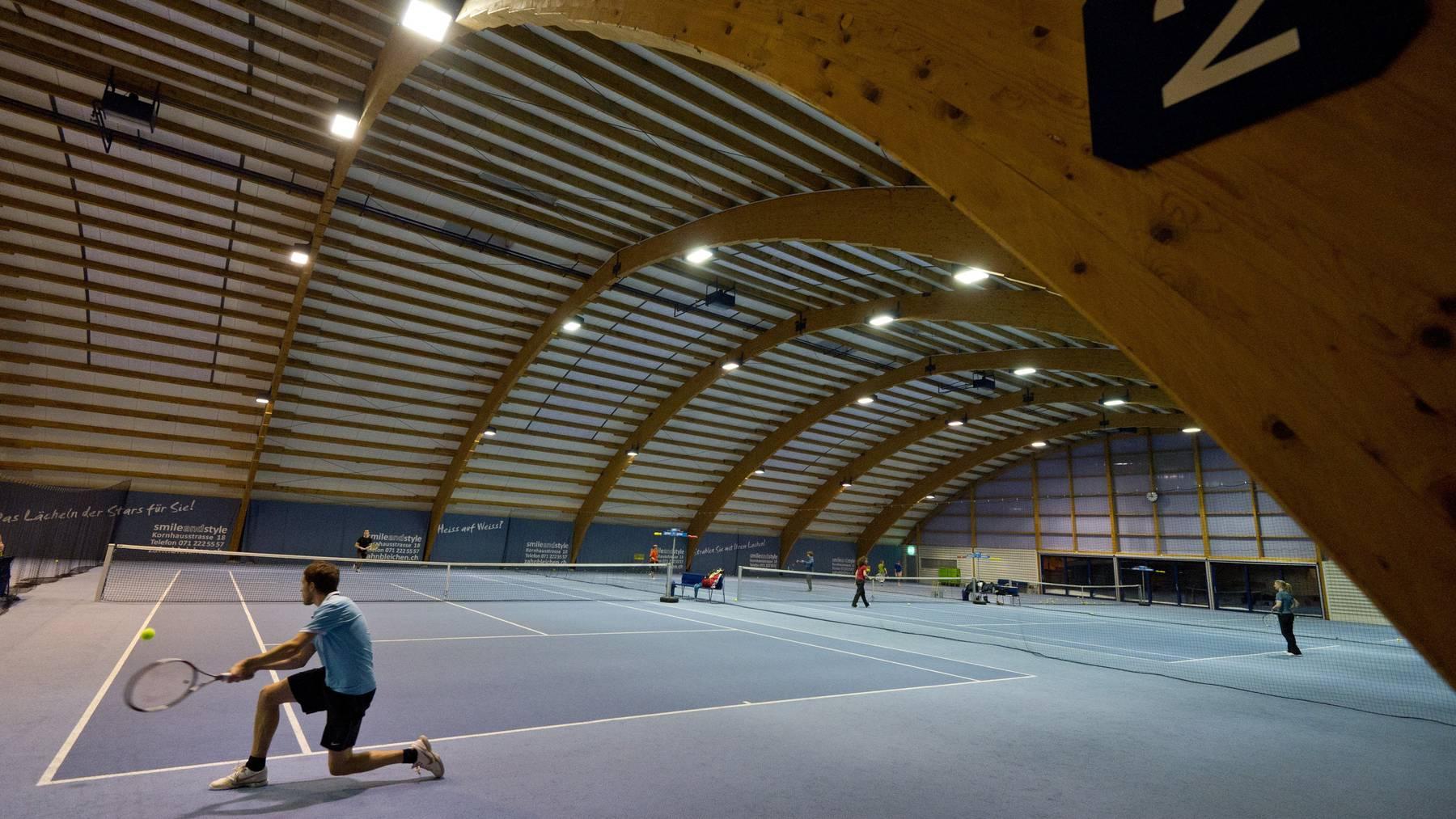 Mehrere Tennisplätze gehören zur Sportanlage Gründenmoos in St.Gallen. (Archivbild)