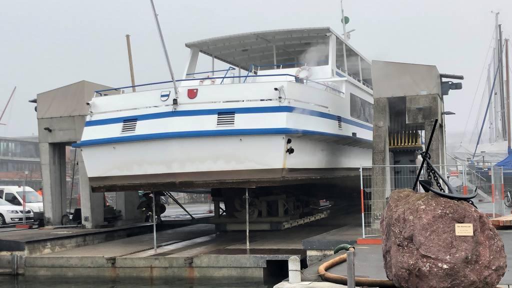 Kursschiff MS Rigi ist aus dem Wasser