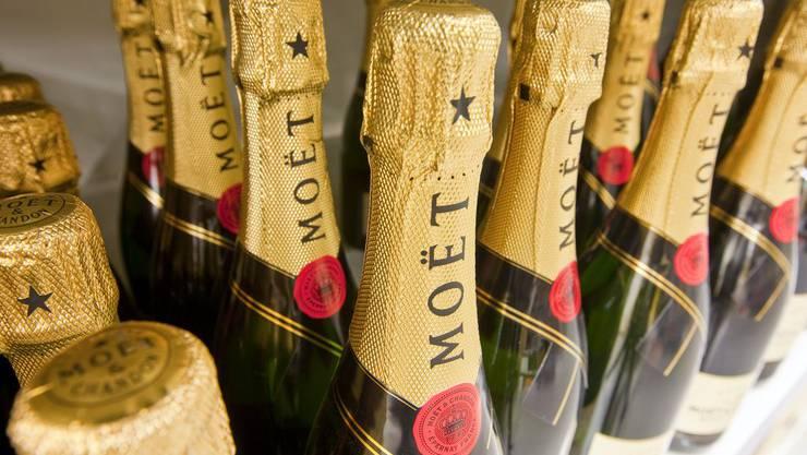 Die Polizei fand elf Flaschen Champagner im Wert von über 300 Franken in einem Gebüsch. (Symbolbild)