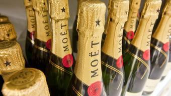 In einem Laden in Rheinfelden wollte ein Mann Champagner für 200 Franken mitlaufen lassen.