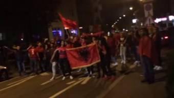 Schon wieder musste die Polizei Ausschreitungen zwischen albanischen und serbischen Fans verhindern. Einer wurde verzeigt, weil er bei der Jubelfahrt eine Armeewaffe aus dem Fenster hielt.