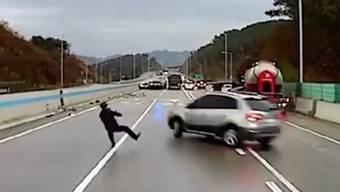 Knapp dem Tod entgangen: Dieser Mann kommt zweimal beinahe unter die Räder.