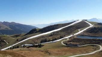 Bei noch fast sommerlichen Temperaturen wurden im österreichischen Kitzbühel die ersten Pisten präpariert.