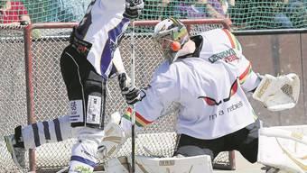 Keine Oberwiler Rebellion: Das Team von Grenchen-Limpachtal liess keine Torschussgelegenheit aus. Foto: Bieri