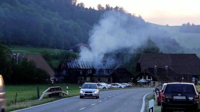 Burgdorf: Nebengebäude von Bauernhaus in Flammen