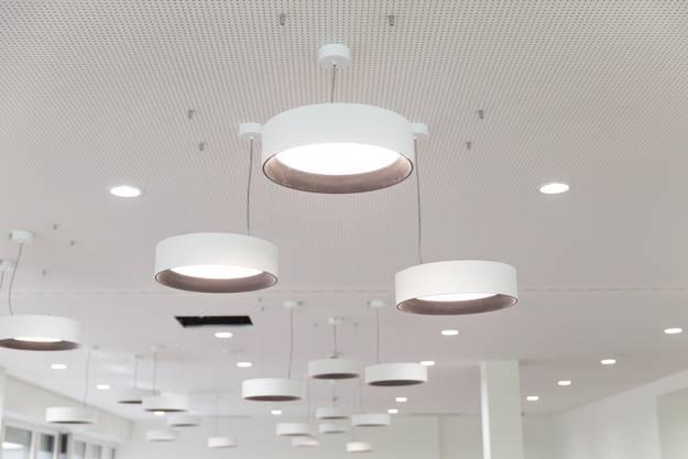Ein weiter Raum mit runden Lampen empfängt die Besucher und Patienten des Spital Limmattal.